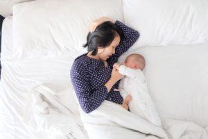 赤ちゃん、添い寝