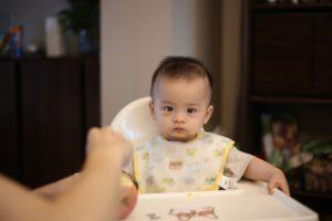 赤ちゃん、食事中