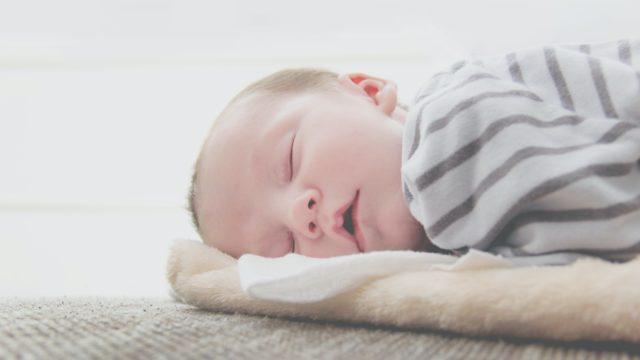 赤ちゃんの抜け毛はストレス?2ヶ月の赤ちゃんが抜け毛になる原因は?